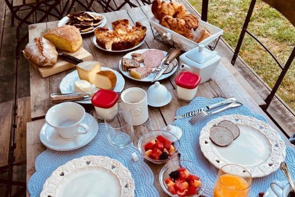 un petit dejeuner en terrasse à sarlat